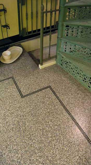 Granito tegels verwerkt in badkamer.